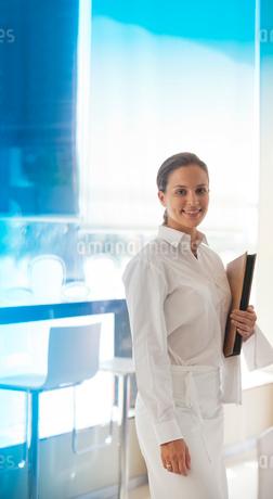 Waitress smiling in restaurantの写真素材 [FYI02149467]