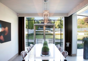 Centerpieces on table in modern dining roomの写真素材 [FYI02149675]