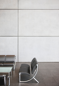 Chairs and table in office lobby areaの写真素材 [FYI02149694]