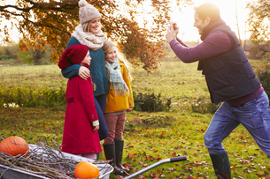 Father taking picture of family outdoorsの写真素材 [FYI02149706]