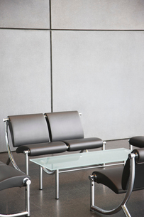 Chairs and table in office lobby areaの写真素材 [FYI02149728]