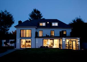 Modern house illuminated at nightの写真素材 [FYI02149742]