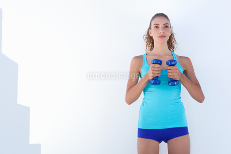 Woman lifting weights outdoorsの写真素材 [FYI02149769]