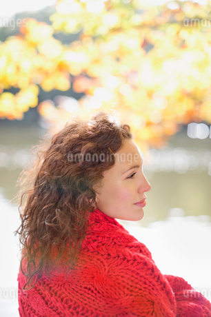 Woman wrapped in blanket in parkの写真素材 [FYI02149778]