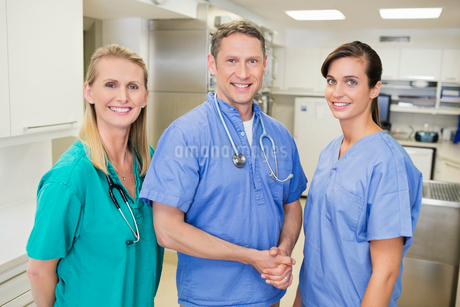 Smiling veterinarians standing together in vet's surgeryの写真素材 [FYI02149866]