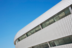 Modern building and blue skyの写真素材 [FYI02149876]
