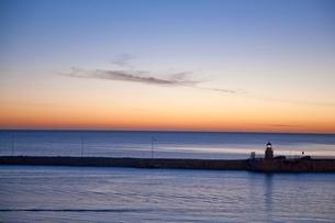 Sunrise sky over still oceanの写真素材 [FYI02149909]