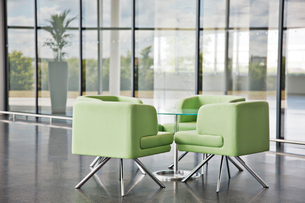 Chairs and table in office lobby areaの写真素材 [FYI02149934]