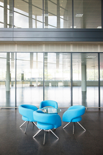 Chairs and table in office lobby areaの写真素材 [FYI02149948]