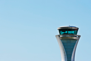 Air traffic control tower and blue skyの写真素材 [FYI02149959]