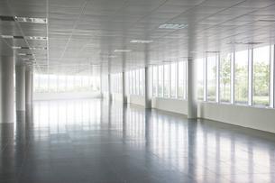 Pillars in empty office buildingの写真素材 [FYI02149978]