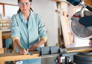 Woman working in workshopの写真素材 [FYI02149987]