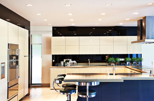 Counters and table in modern kitchenの写真素材 [FYI02149995]