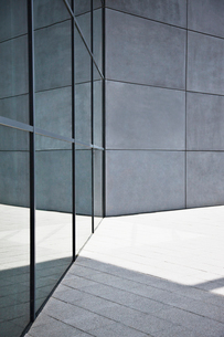 Glass and concrete walls of modern buildingの写真素材 [FYI02149996]