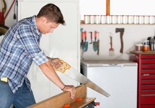 Man working in workshopの写真素材 [FYI02150033]
