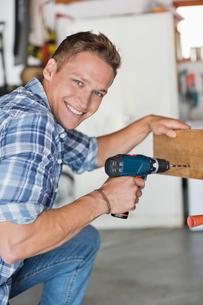 Man working in workshopの写真素材 [FYI02150037]