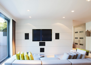 Sofa and television in modern living roomの写真素材 [FYI02150046]