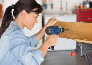 Woman working in workshopの写真素材 [FYI02150065]