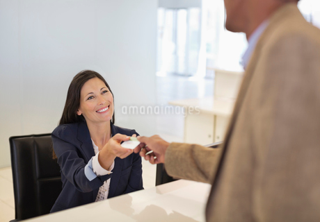 Business people exchanging cards in officeの写真素材 [FYI02150066]