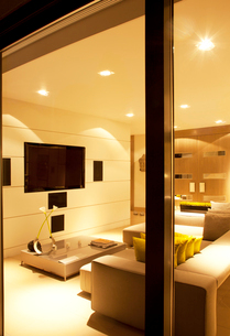 Illuminated living room of modern homeの写真素材 [FYI02150078]