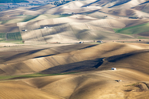 Aerial view of rolling hills in dry rural landscapeの写真素材 [FYI02150082]