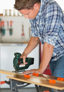 Man working in workshopの写真素材 [FYI02150139]