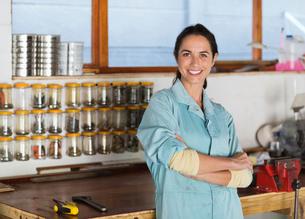 Woman smiling in workshopの写真素材 [FYI02150144]