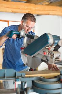 Man working in workshopの写真素材 [FYI02150162]