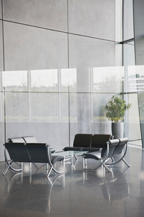 Chairs and table in office lobby areaの写真素材 [FYI02150170]