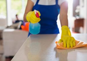 Woman cleaning kitchen counterの写真素材 [FYI02150186]