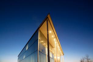 Modern building illuminated at duskの写真素材 [FYI02150190]