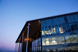 Modern building illuminated at sunsetの写真素材 [FYI02150202]