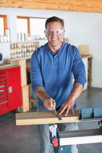 Man working in workshopの写真素材 [FYI02150230]