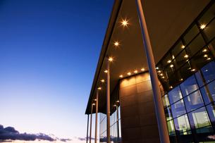 Modern building illuminated at sunsetの写真素材 [FYI02150238]