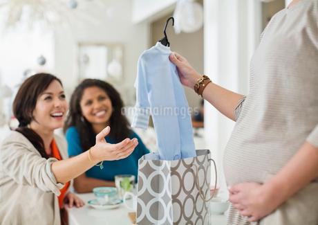 Pregnant woman having baby showerの写真素材 [FYI02150246]