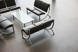 Chairs and table in office lobby areaの写真素材 [FYI02150327]