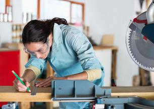 Woman working in workshopの写真素材 [FYI02150329]