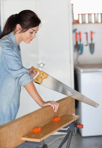 Woman working in workshopの写真素材 [FYI02150344]