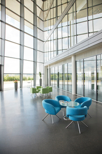 Chairs and table in office lobby areaの写真素材 [FYI02150376]