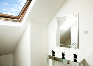 Mirror and table in attic roomの写真素材 [FYI02150386]