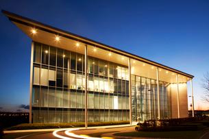 Modern building illuminated at nightの写真素材 [FYI02150432]