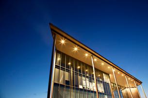 Modern building illuminated at duskの写真素材 [FYI02150475]