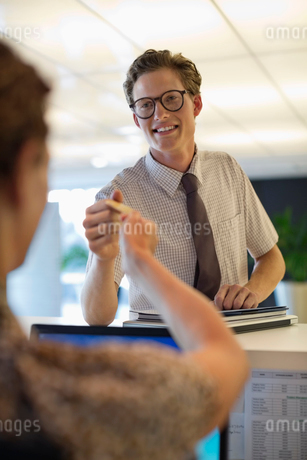 Business people exchanging cards in officeの写真素材 [FYI02150478]