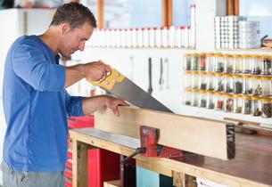 Man working in workshopの写真素材 [FYI02150545]