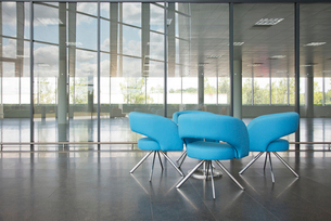 Chairs and table in office lobby areaの写真素材 [FYI02150560]