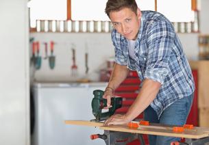 Man working in workshopの写真素材 [FYI02150571]