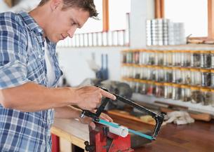Man working in workshopの写真素材 [FYI02150580]