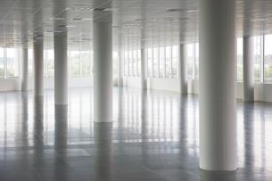 Pillars in empty office buildingの写真素材 [FYI02150664]
