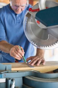 Man working in workshopの写真素材 [FYI02150679]