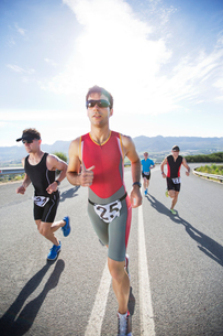Runners in race on rural roadの写真素材 [FYI02150718]